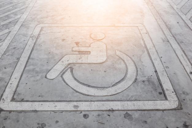 Rad-stuhl-park-beschilderung auf parkplatz-floor