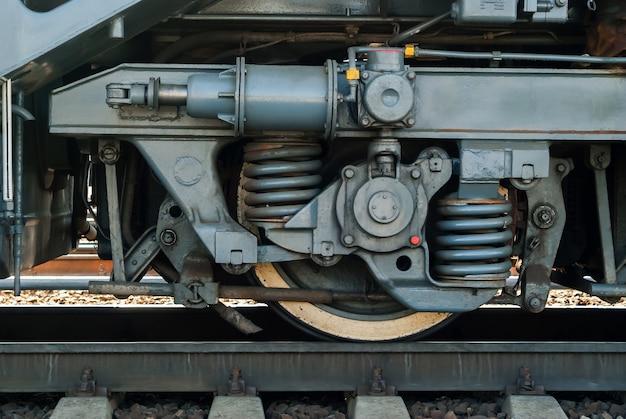 Rad und fragment des lkw-rahmens einer modernen lokomotive auf einem gleis