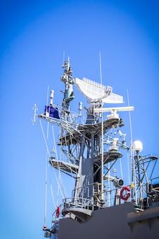 Radar auf schlachtschiff mit blauem himmel