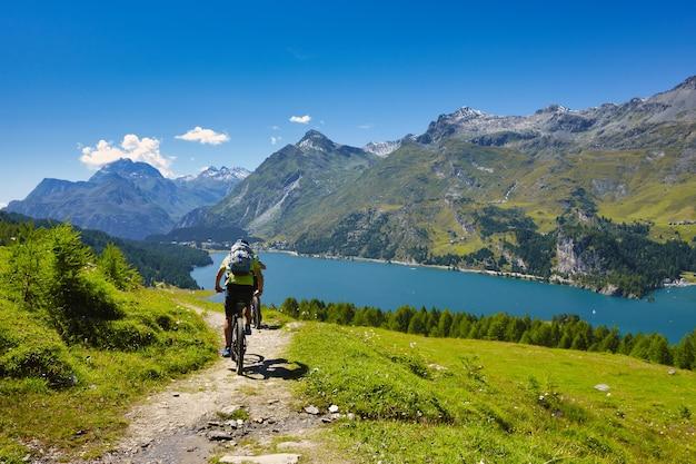 Radfahren in den bergen durch einen see