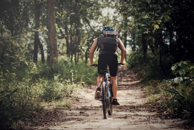 Radfahrer am sonnigen tag