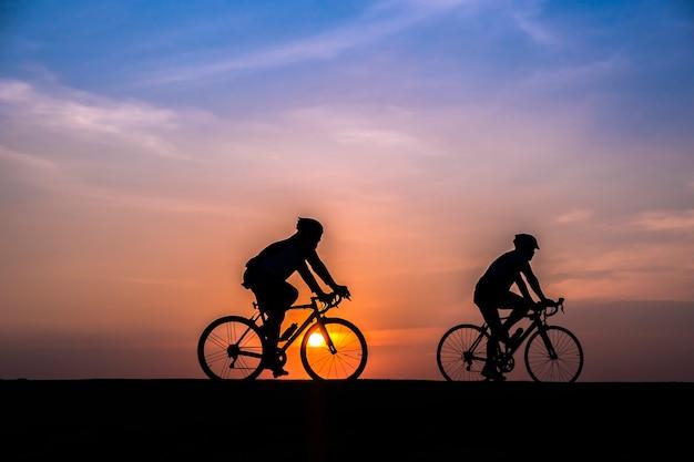 Radfahrer auf sonnenuntergang hintergrund