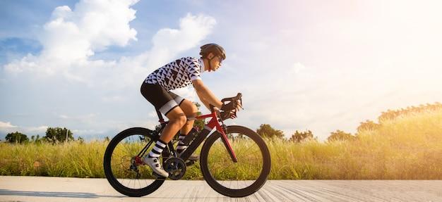 Radfahrer, der auf einem rennrad im freien tritt