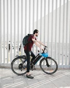 Radfahrer, der eine pause auf einem efahrrad macht