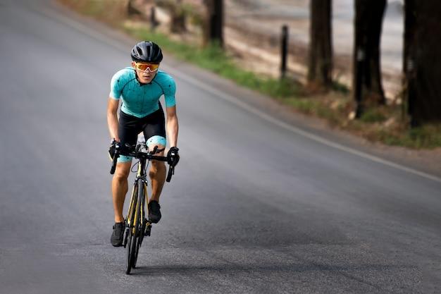 Radfahrer, der fahrrad im fahrradweg fährt