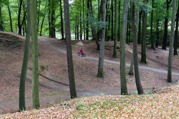 Radfahrer, der sich vorbereitet, auf das fahrrad im park zu springen.
