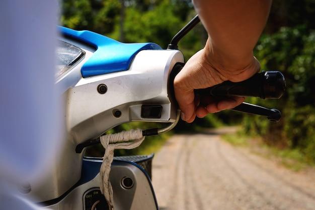 Radfahrer, die ein motorrad für reise in der reisereise fahren