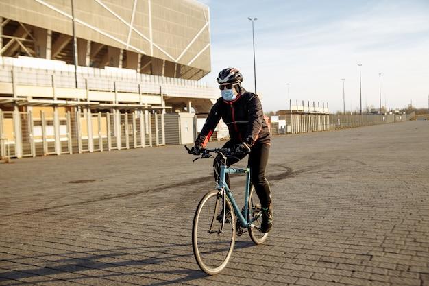 Radfahrer fährt während der quarantäne ein fahrrad in einer maske