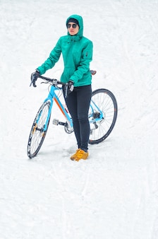 Radfahrer im verschneiten wald