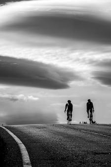 Radfahrer in den wolken. pyrenäen radeln
