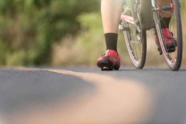 Radfahrer in einer straße draußen zur sonnenuntergangzeit