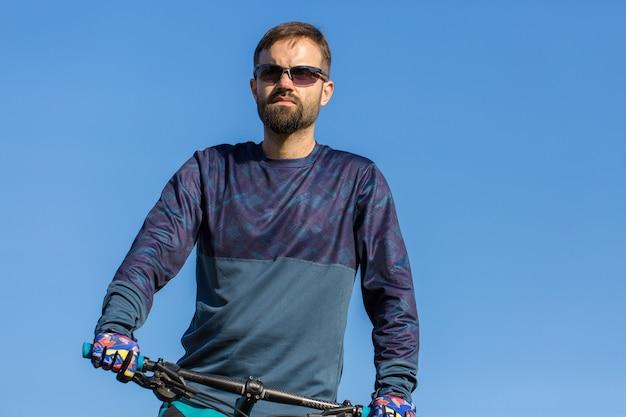 Radfahrer in shorts und trikot auf einem modernen carbon-hardtail-bike mit luftfedergabel Premium Fotos