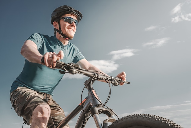 Radfahrer. junger mann auf dem mountainbike.