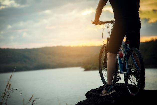 Radfahrer-mann, der fahrrad auf berg läuft