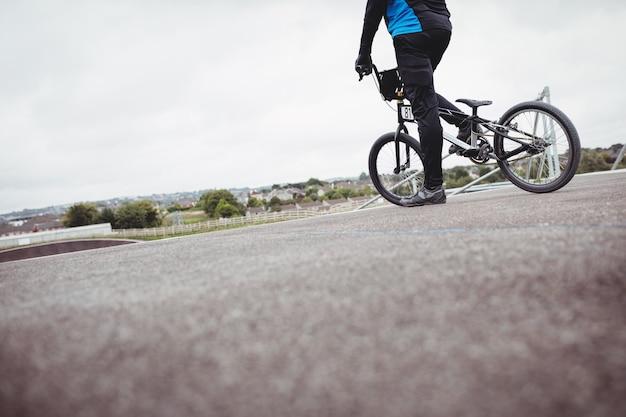 Radfahrer stehend mit bmx-fahrrad an der startrampe