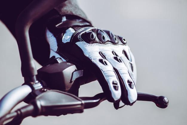 Radfahrerhand mit schutzhandschuh im aktionsreiten auf der straße - getont mit einem retro- weinlese instagram filter