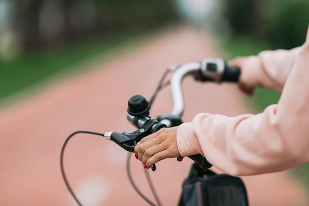 Radfahrerin, die ein fahrrad auf radweg, nahaufnahme reitet