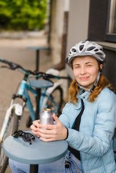 Radfahrerin in einem lächelnden helm