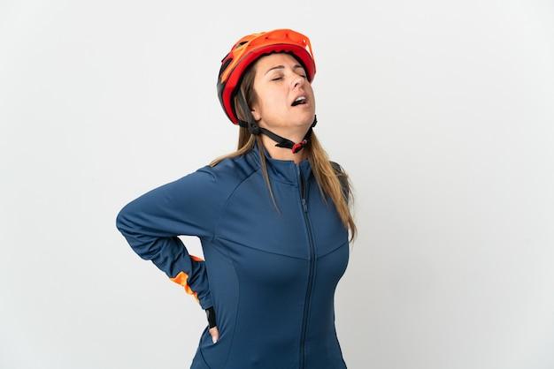 Radfahrerin mittleren alters isoliert auf weiß, das unter rückenschmerzen leidet, weil sie sich bemüht hat
