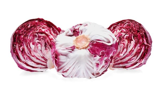 Radicchio oder roter salat auf weißem hintergrund