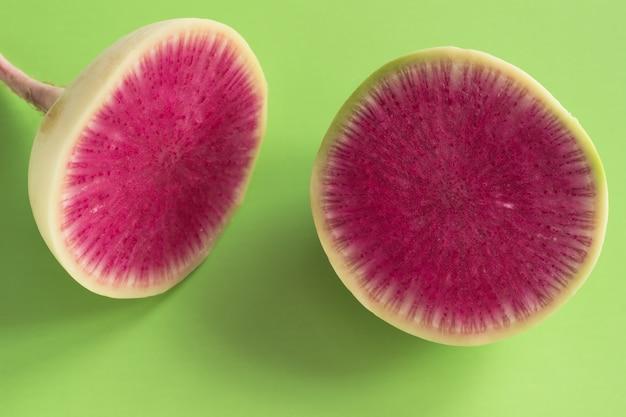 Radieschenscheibe mit einem rosa mark. grüner hintergrund