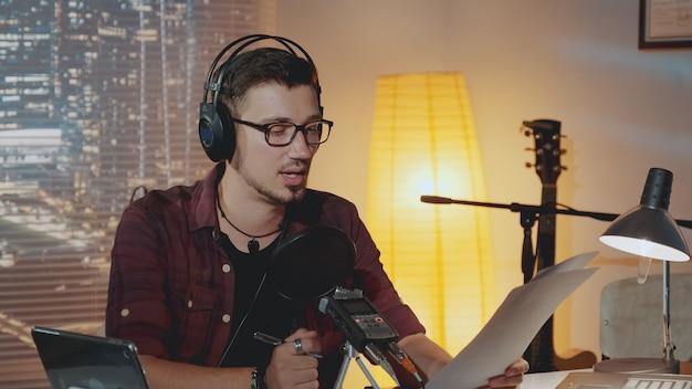 Radio-nachrichtensprecher arbeiten.