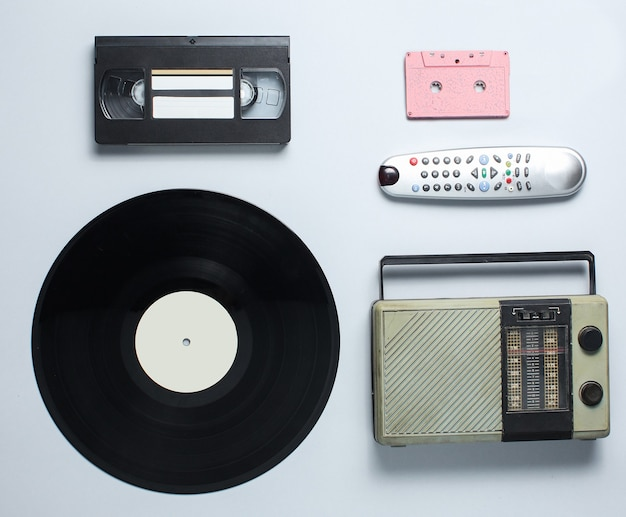Radioempfänger, schallplatte, audiokassette, videokassette, tv-fernbedienung