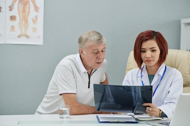 Radiologe, der röntgenstrahl zeigt