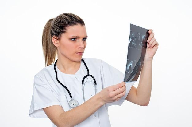 Radiologenfrau, die röntgenradio sucht