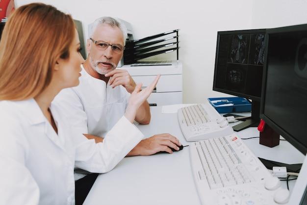 Radiologie-spezialisten, die krankheit auf scans überprüfen.