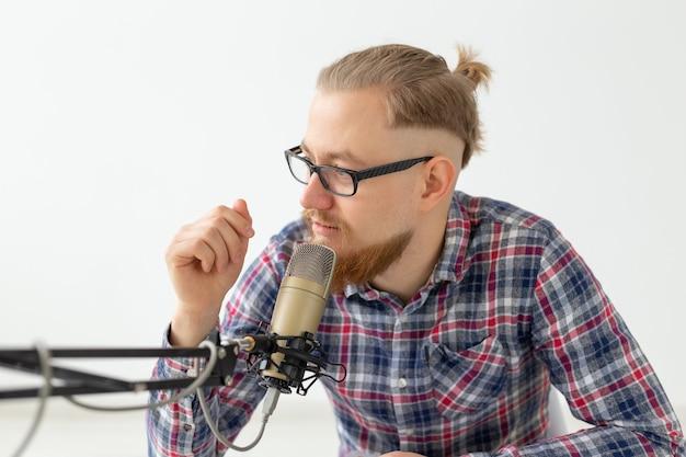 Radiomoderator-, streamer- und blogger-konzept - nahaufnahme eines gutaussehenden mannes, der als radiomoderator bei radio arbeitet