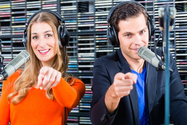 Radiomoderatoren im radiosender auf sendung