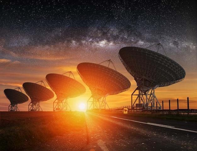 Radioteleskopansicht nachts