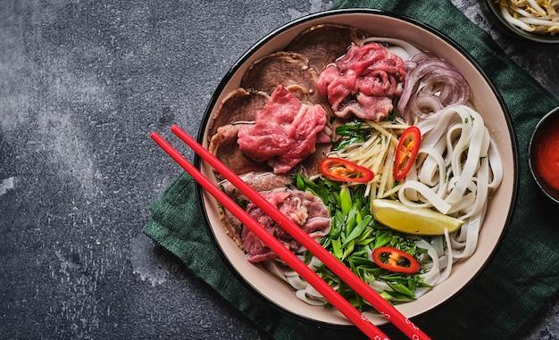 Raditional vietnamesische suppe pho bo asiatisches lebensmittelkonzept draufsicht