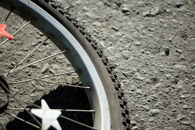 Radsportfahrrad, liegend auf der straße