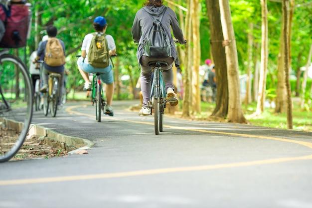 Radweg, bewegung des radfahrers im park