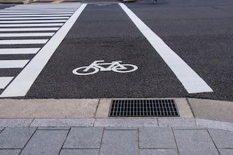 Radwegsymbol mit Zebrastreifen auf Straßen- und Luftventilation