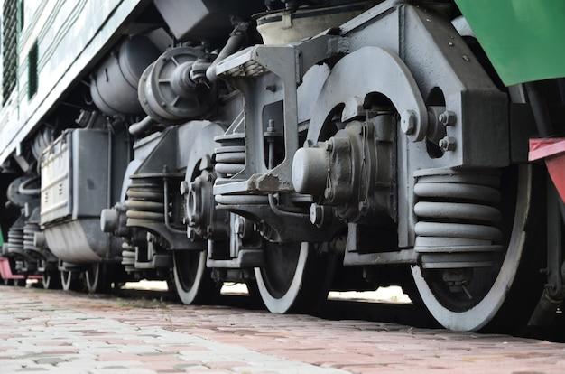 Räder einer russischen modernen lokomotive