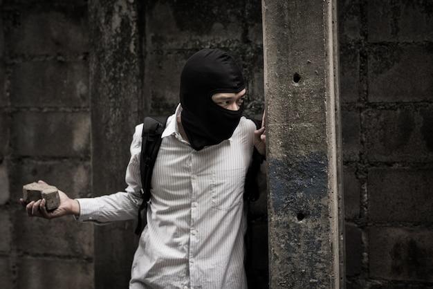 Räuber in schwarzer maske