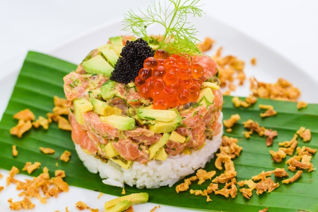 Räucherlachstatar mit avocado, reis und kaviar