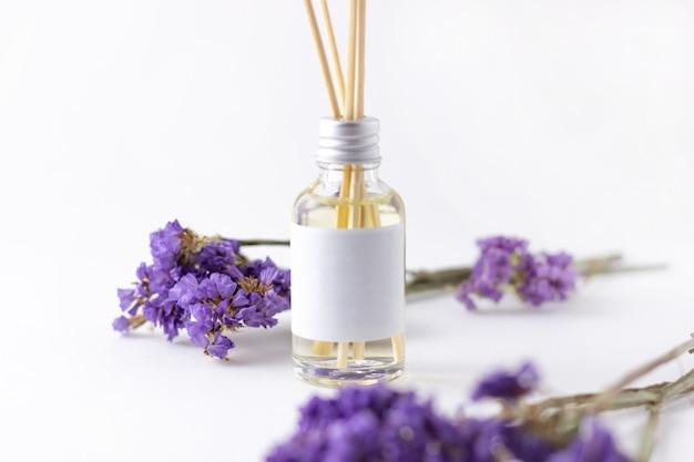 Räucherstäbchen für zuhause mit blumigem duft. blumen und trockenblumen mit aromadiffusor. umweltfreundliches raumduftkonzept. platz kopieren