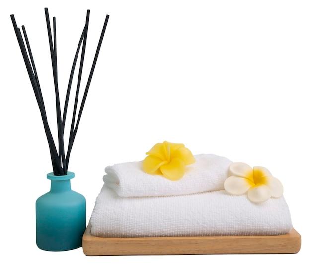 Räucherstäbchen, plumaria-blume, kerze und weiße handtücher im spa oder im badezimmer lokalisiert auf weißem hintergrund mit schnittpfad, aromatherapie-spa-wellness
