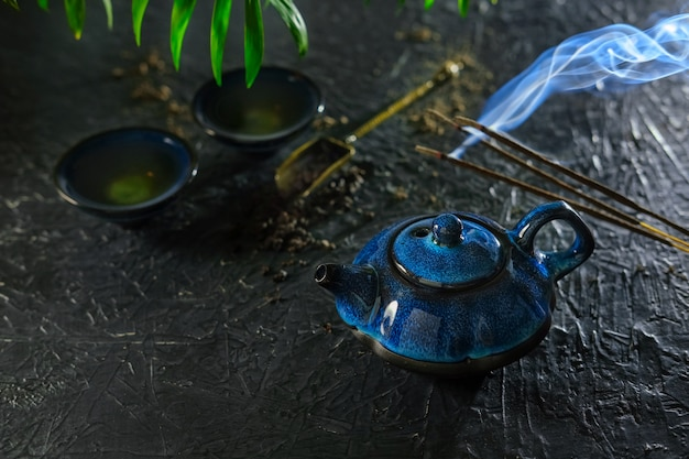 Räucherstäbchen und tee. chinesisches teeritual.