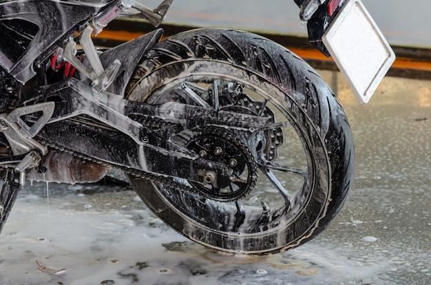Räumen sie die motorradwäsche in der autowaschanlage auf