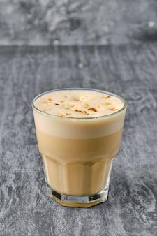 Raf kaffee in facettiertem glas auf schäbigem hintergrund