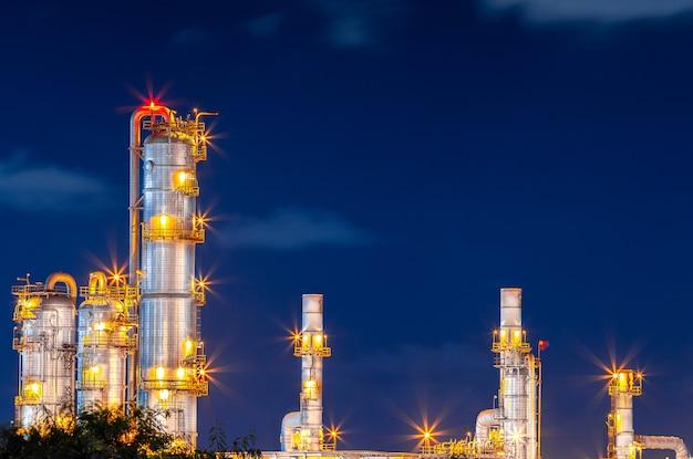 Raffinerie erdöl und petrochemische energie und energie für transportanlagen bei sonnenuntergang