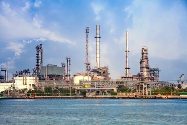 Raffinerie oder petrochemische industrie mit bewölktem himmel.