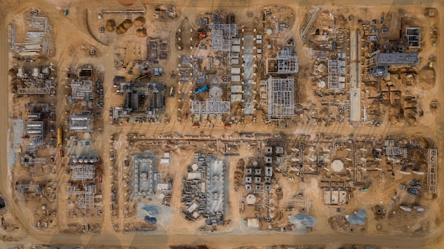 Raffinerieanlagen für die gas- und ölförderung auf der baustelle in thailand aus der luft von der drohne