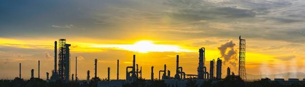 Raffineriefabrik und öllagertank