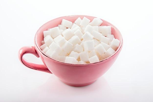 Raffinierter zucker in einer tasse
